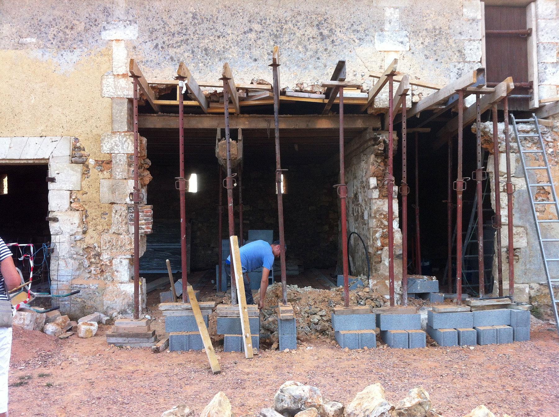La façade est ouverte en respectant les blocs porteurs