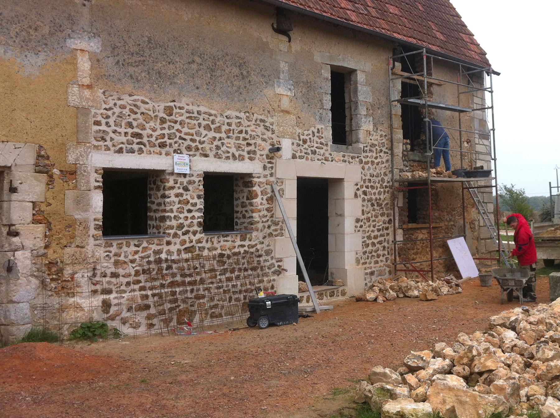Une porte et une autre fenêtre ont été ajoutées