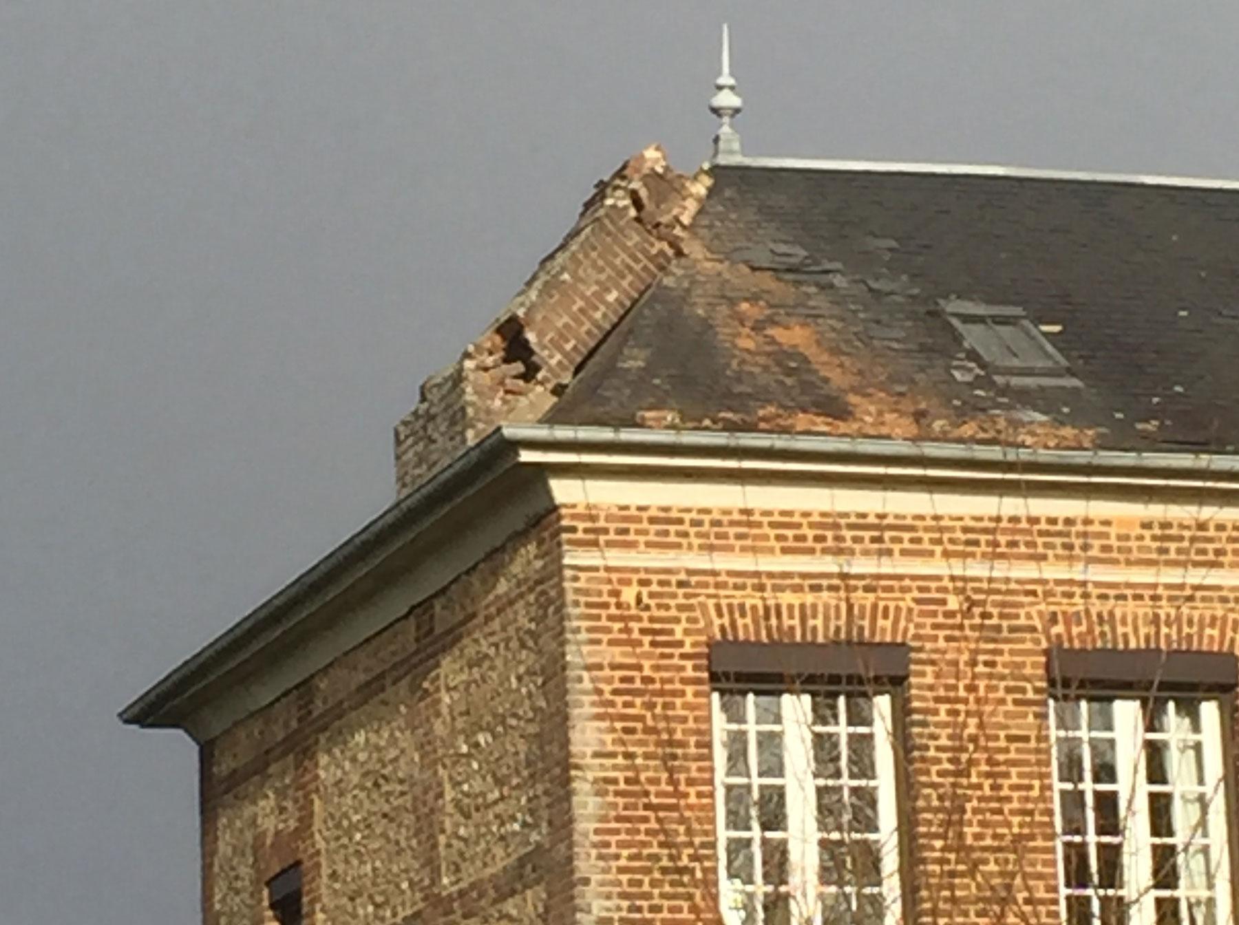 La souche de cheminée s'est brisée contre le toit