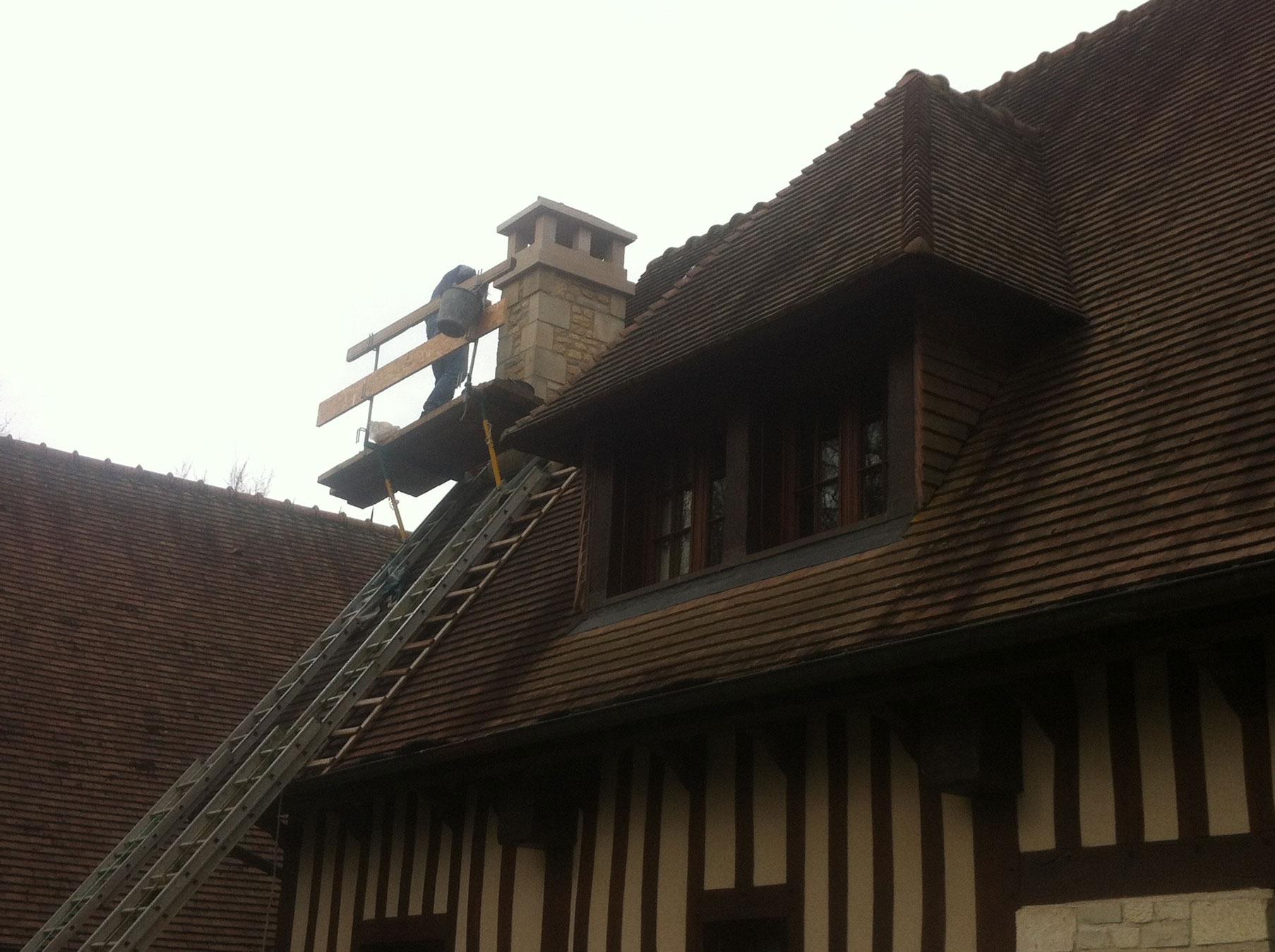 Une souche de cheminée en cours de restauration