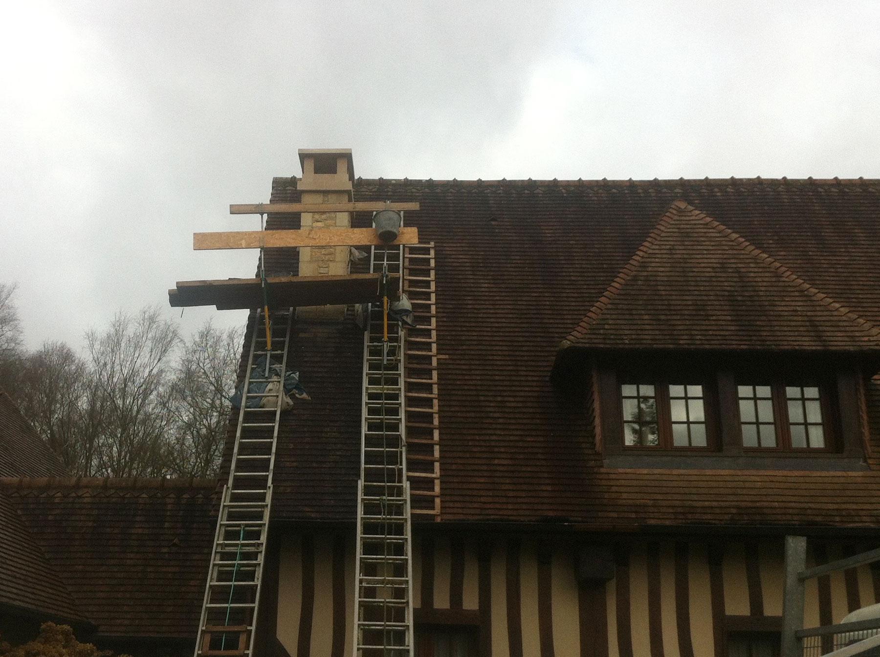 Une souche de cheminée en cours de restauration en vue de face