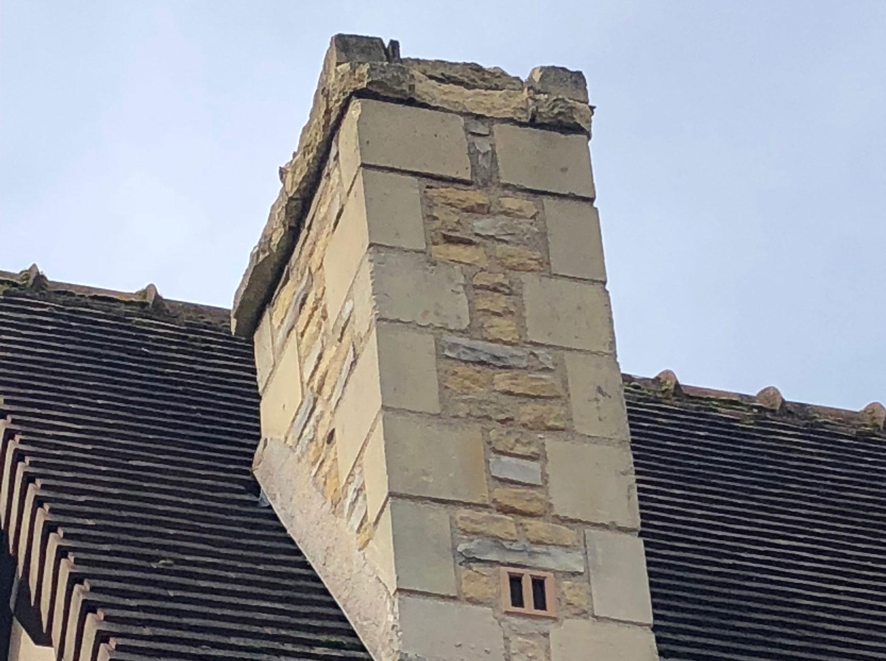 Une souche de cheminée abîmée par le temps