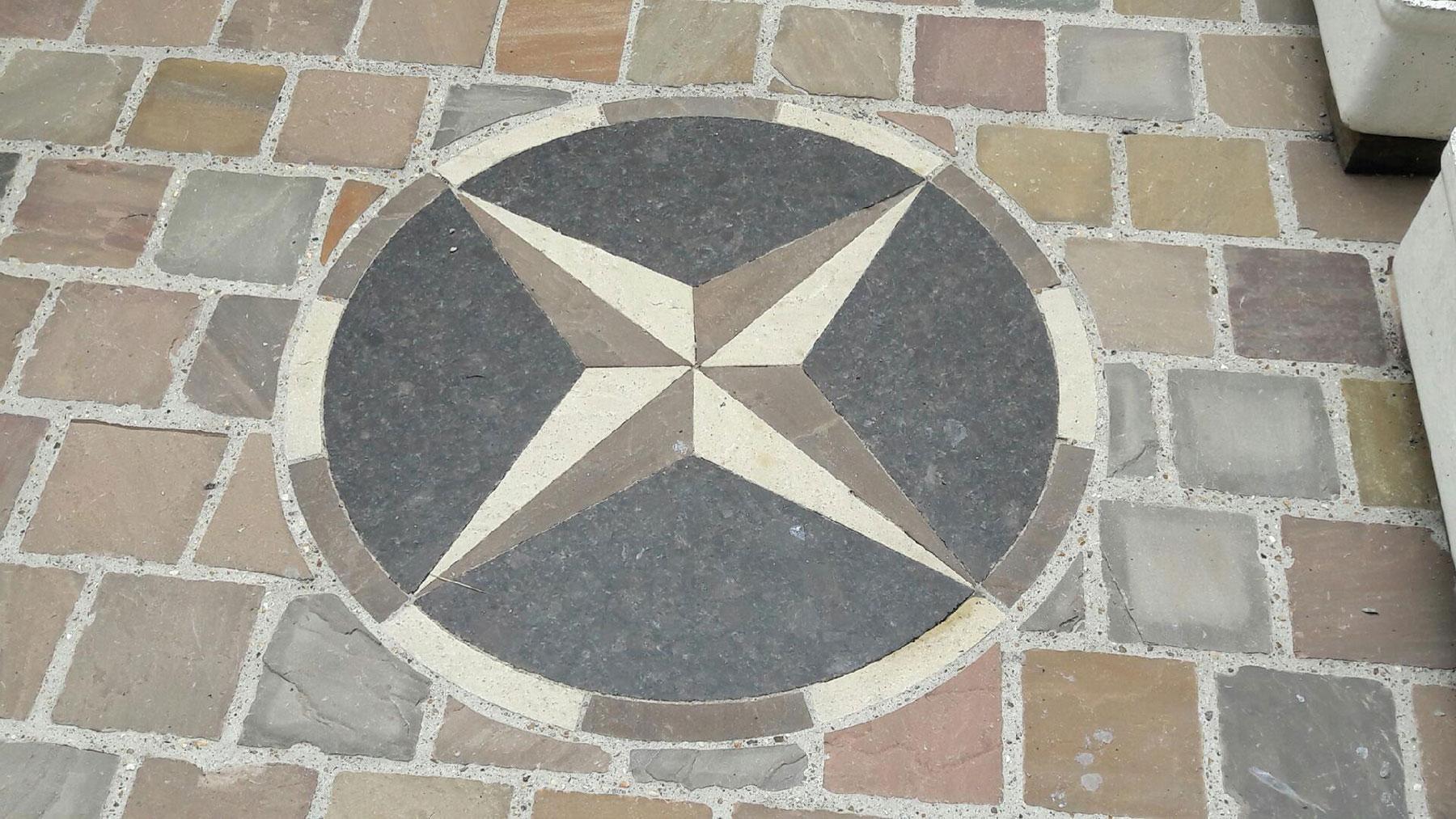 Une terrasse contenant une mosaïque en forme d'étoile